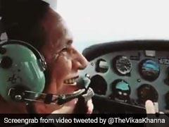 इस सेलेब्रिटी को प्लेन उड़ाना सिखाती नजर आईं उनकी मम्मी, देखें Video