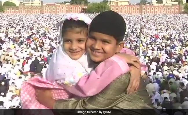 EID 2019: देशभर में ईद का जश्न, दिल्ली, मुंबई और मध्य प्रदेश से सामने आईं तस्वीरें