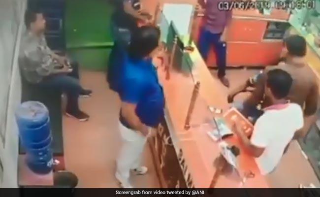 Video : सम्मान में कुर्सी से नहीं उठा तो पूर्व मंत्री के भाई ने कॉलर पकड़कर पीटा