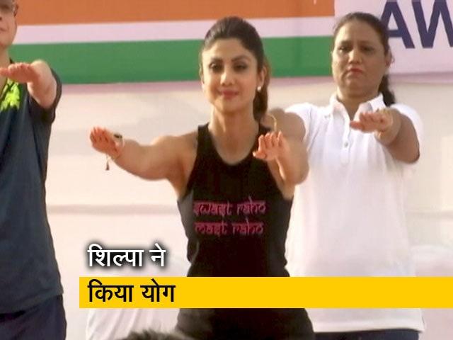 Video : गेटवे ऑफ इंडिया पर शिल्पा शेट्टी ने किया योग