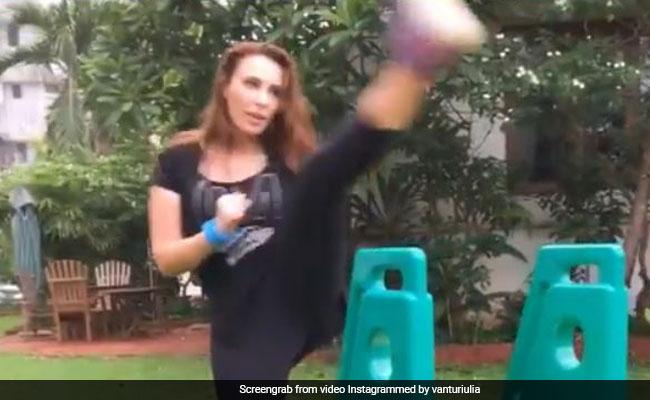 सलमान खान की दोस्त ने मारी ऐसी किक, सभी हुए हैरान...देखें Video