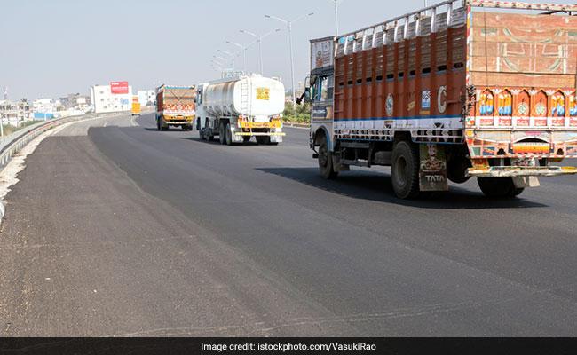 मुंबई में ट्रक चालकों का संगठन बजट से नाखुश, सरकार पर लगाया कारोबार खत्म करने का आरोप