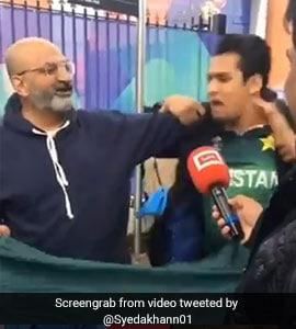 IND vs PAK: हार के बाद गुस्साया पाक फैन, बोला- 'मुझे मारो, मुझे मारो...', लोग जड़ने लगे थप्पड़, देखें VIDEO
