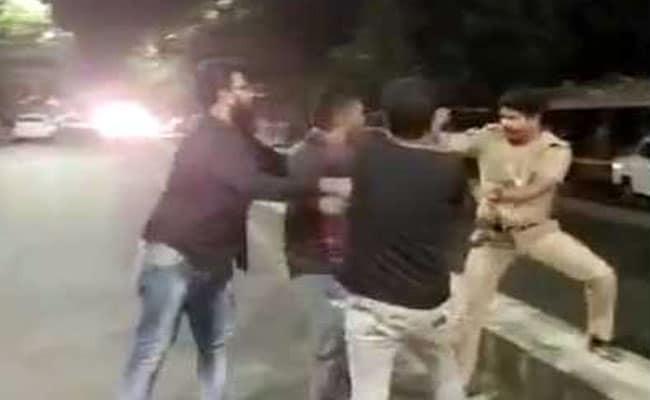 रात में सरेराह पी रहे थे शराब, पुलिस वाले ने रोका तो उसके साथ की मारपीट, सामने आया वीडियो