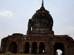 बर्बादी की कगार पर फर्रुखाबाद बसाने वाले नवाब बंगश का मकबरा, वारिस जी रहे मुफलिसी की जिंदगी