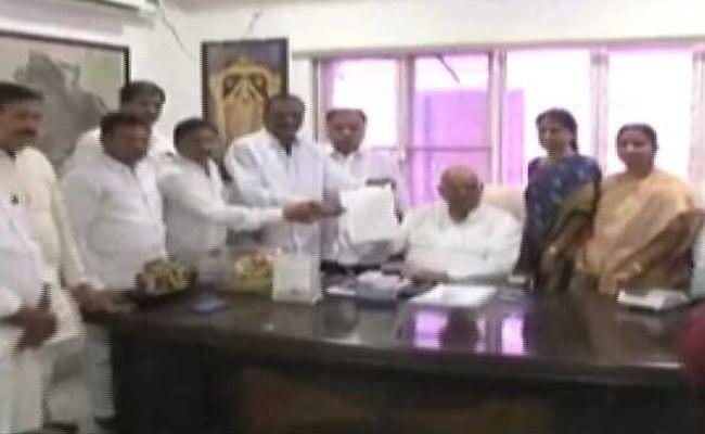 कांग्रेस को लगा बड़ा झटका: तेलंगाना में 18 में से 12 विधायकों ने छोड़ी पार्टी, TRS में हुए शामिल