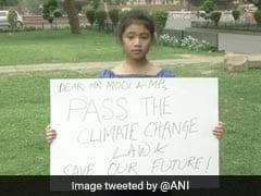 7 साल की बच्ची ने तख्ती पर लिखा खास संदेश, संसद के बाहर खड़े होकर पीएम मोदी से की यह अपील