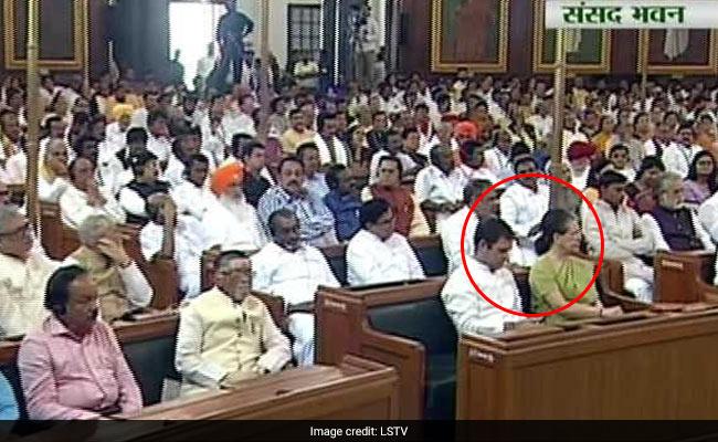 राष्ट्रपति के अभिभाषण के दौरान सोनिया गांधी से बात कर रहे थे राहुल, कांग्रेस नेता बोले- हिन्दी के कठिन शब्दों का पूछ रहे थे मतलब