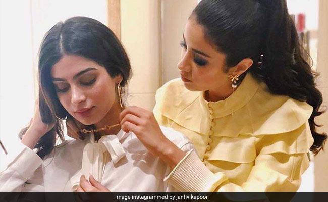 Janhvi Kapoor Does Sister Khushi's Make-Up. See Her 'Amazing' Glittery Eyes