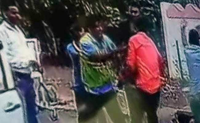 On CCTV, Toll Booth Attendants Beat Car Occupants With Sticks