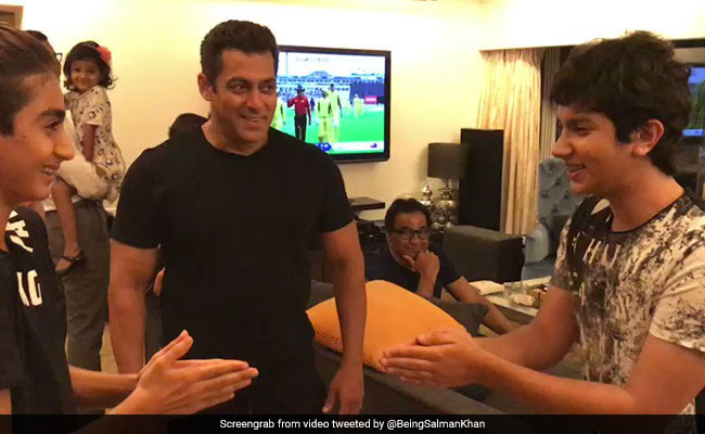 Salman Khan Playing Red Hands With His Nephews Arhaan Nirvaan And Ayaan Is All You Need To See Today