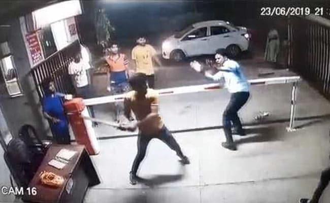गाजियाबाद: सोसाइटी में कार न पार्क करने देने पर गार्ड के साथ मारपीट, पुलिस ने शुरू की जांच