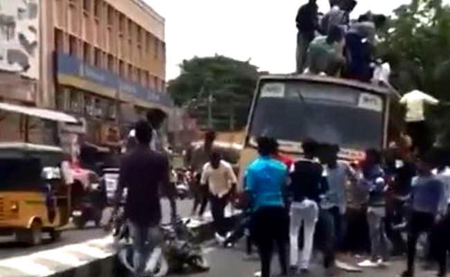 Video: बस की छत पर बैठे लोग अचानक लगे जमीन पर गिरने, बॉलीवुड एक्टर बोले- ग्रैविटी मौसी से पंगा...