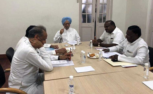 कांग्रेस शासित राज्यों के मुख्यमंत्रियों ने नीति आयोग की बैठक से पहले लिया मनमोहन का मार्गदर्शन,  पर नहीं दिखे CM अमरिंदर