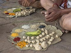 मुस्लिम परिवार ने की कर्मचारी की 13वीं, ब्राह्मणों को कराया भोज, मुंडवाया सिर