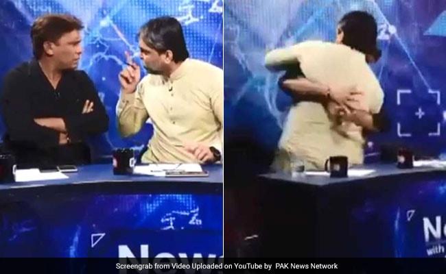 விவாத நிகழ்ச்சியில் பத்திரிகையாளருடன் கைகலப்பில் ஈடுபட்ட பாக். ஆளுங்கட்சி பிரமுகர்! #ViralVideo