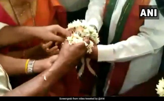 इंद्र देवता को खुश करने के लिए कराई गई 'मेढ़कों' की शादी, कार्ड छपवाकर लोगों को बुलाया दावत में... देखें VIDEO