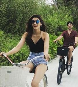 मालदीव की हसीन वादियों में साइकिल चलाती दिखीं कृति सेनन, Video हुआ वायरल