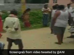 नहीं चुकाया कर्ज तो महिला को खंभे से बांधकर की चप्पलों से पिटाई, वायरल हुआ VIDEO