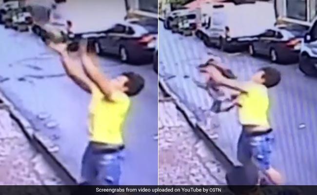 दूसरी मंजिल से गिरी 2 साल की बच्ची, फरिश्ता बन आए लड़के ने यूं बचाई जान, देखें VIDEO