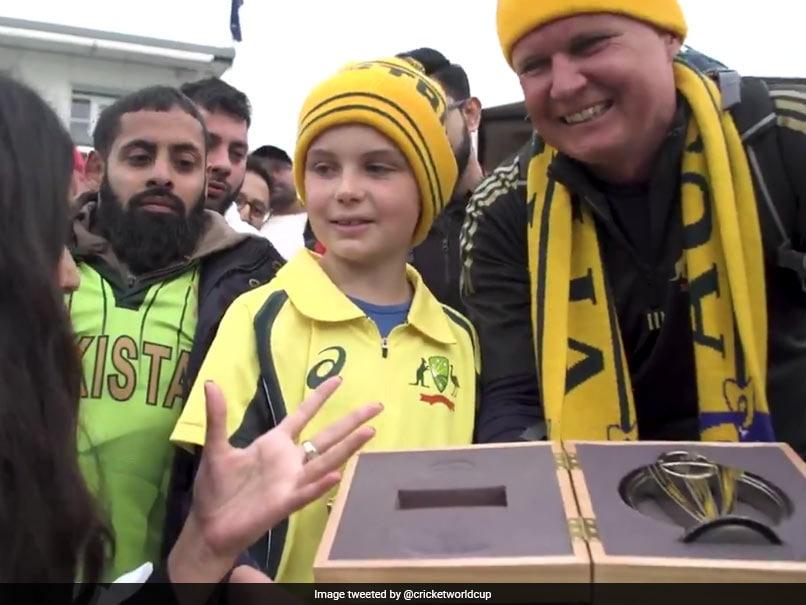 AUS vs PAK: डेविड वॉर्नर ने दिखाया 'बड़ा दिल', नन्हे फैन को दिया ऐसा गिफ्ट जिसे वह कभी नहीं भूलेगा, देखें VIDEO