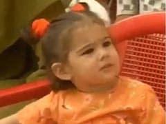 ऑरेंज फ्रॉक और दो चोटियों में नन्हीं सारा अली खान यूं आईं नजर,  वायरल हुआ Video