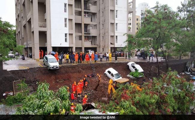 महाराष्ट्र: पुणे में दीवार गिरने से 15 लोगों की मौत, सीएम फडणवीस ने किया मुआवजे का ऐलान