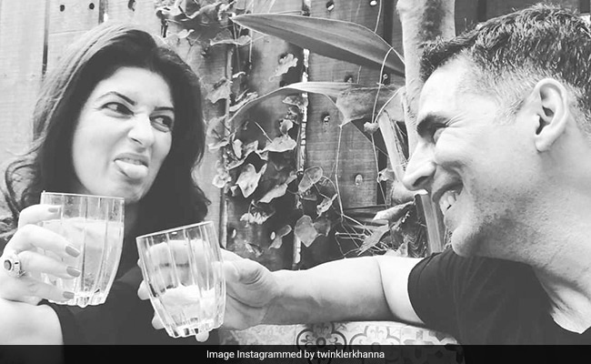 Akshay Kumar Gifts 'Onion Earrings' To Twinkle Khanna, Wins #bestpresentaward (See Pics)
