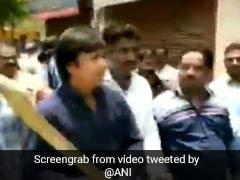 VIDEO: BJP महासचिव कैलाश विजयवर्गीय के विधायक बेटे ने अधिकारियों को बल्ले से पीटा, गिरफ्तार