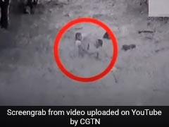 बाढ़ में डूब रहे थे दो बच्चे, हीरो की तरह आया शख्स और जान पर खेलकर ऐसे बचाई जान, देखें VIDEO