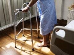 बेटी ने 80 साल की बूढ़ी महिला को घर से निकाला, फिर महिला आयोग ने उठाया बड़ा कदम