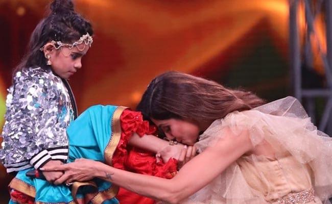 डांस शो में हुआ कुछ ऐसा बच्ची के पांव चूमने को मजबूर हुईं शिल्पा शेट्टी...देखें Photo