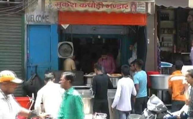 टैक्स अधिकारी ने बगल की दुकान में बैठकर रखी नजर तो पता चली अलीगढ़ में कचौरी वाले की कमाई