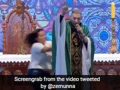 पुजारी बोला इन महिलाओं को नहीं मिलती जन्नत, गुस्से में लड़की ने किया ऐसा, देखें VIDEO