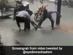 Viral Video: मुंबई में भारी बारिश के बीच गटर में समा गई पूरी बाइक, लोगों ने BMC पर यूं निकाला गुस्सा