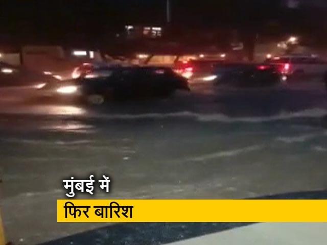 Videos : भारी बारिश की वजह से मुंबई की रफ्तार हुई धीमी, कई इलाकों में जलभराव
