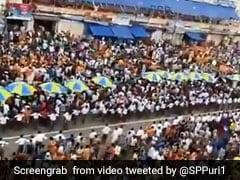जगन्नाथ की रथ यात्रा के दौरान लाखों लोगों की भीड़ के बीच भक्तों ने बनाया एम्बुलेंस के लिए रास्ता, वायरल हुआ वीडियो