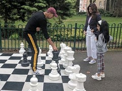 Game Over. Twinkle Khanna Plays Chess With <I>Khiladiyon Ka Khiladi</i> Akshay Kumar And...