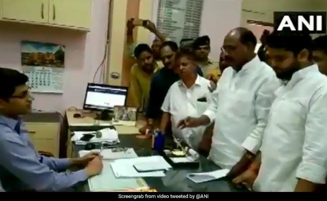 बिजली बिल में गड़बड़ी के चलते BJP विधायक और SDM के बीच बहस, लगाए 'हाय-हाय' के नारे- देखें Video