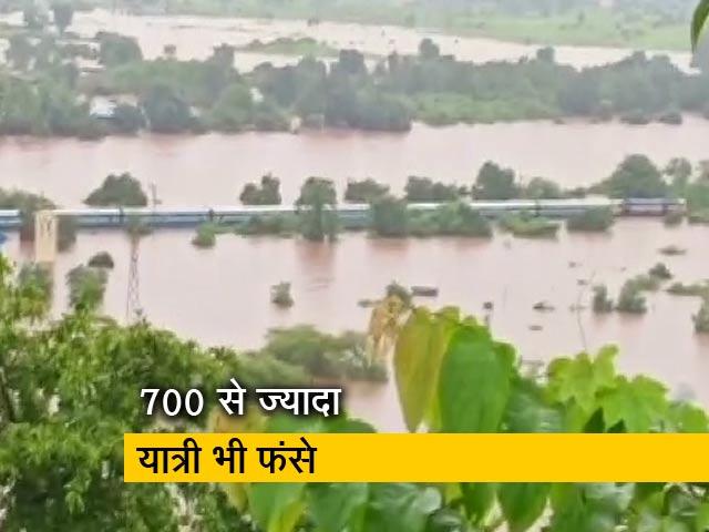 Videos : बाढ़ की वजह से बीच रास्ते में फंसी महालक्ष्मी एक्सप्रेस