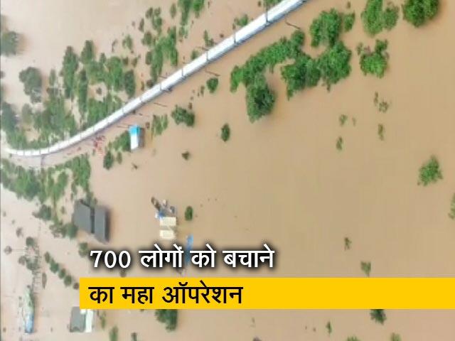 Videos : घंटो मशक्कत के बाद महालक्ष्मी एक्सप्रेस से बचाए गए 700 लोग