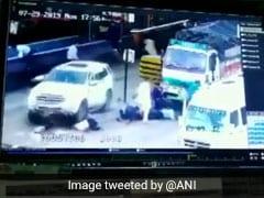 टोल प्लाजा पर अचानक एक्सीलेटर दबाने की वजह से कार की चपेट में आए कई लोग, देखें VIDEO
