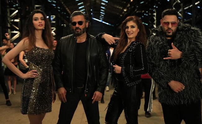 बादशाह मस्ती में गा रहे थे गाना, सुनील शेट्टी और रवीना टंडन ने मारी एंट्री तो उड़ गए होश- देखें Video