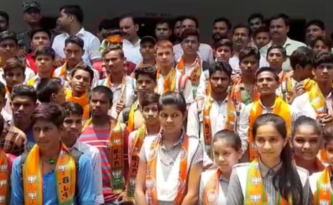 बीजेपी विधायक ने स्कूल में घुसकर बच्चों को दिलाई 'भाजपा की सदस्यता', वायरल हुआ VIDEO