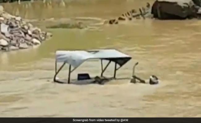 ट्रैक्टर डूब गया नदी में तो JCB ने ऐसे बचाई शख्स की जान, वायरल हुआ हैरतअंगेज VIDEO