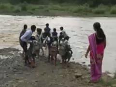 मध्य प्रदेश कैबिनेट मंत्री ओमकार मरकाम के गृह जिले डिंडोरी में इन मासूमों को पढ़ाई के लिए पार करनी पड़ती है उफनती नदी