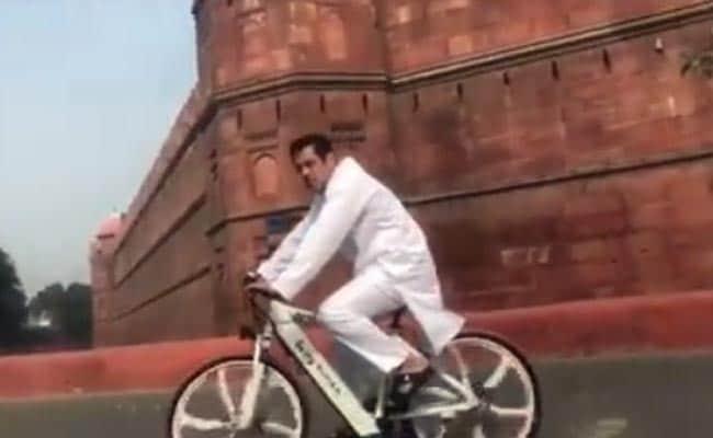 Video: सलमान खान ने लाल किले के सामने चलाई साइकिल, जानें क्या है नया धमाल