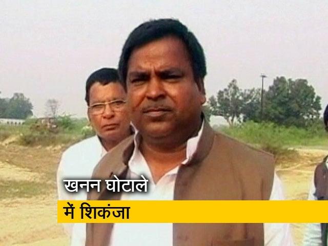 Videos : अखिलेश यादव के करीबी मंत्री रहे गायत्री प्रजापति पर FIR