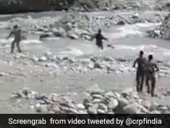 VIDEO: कश्मीर में CRPF जवान ने बचाई 14 साल की बच्ची की जान, कुमार विश्वास ने भी तारीफ में कर डाला ट्वीट