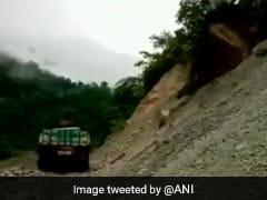 जब ट्रक पर गिरा पहाड़ का एक हिस्सा, कैमरे में कैद हुई पूरी घटना, देखें VIDEO